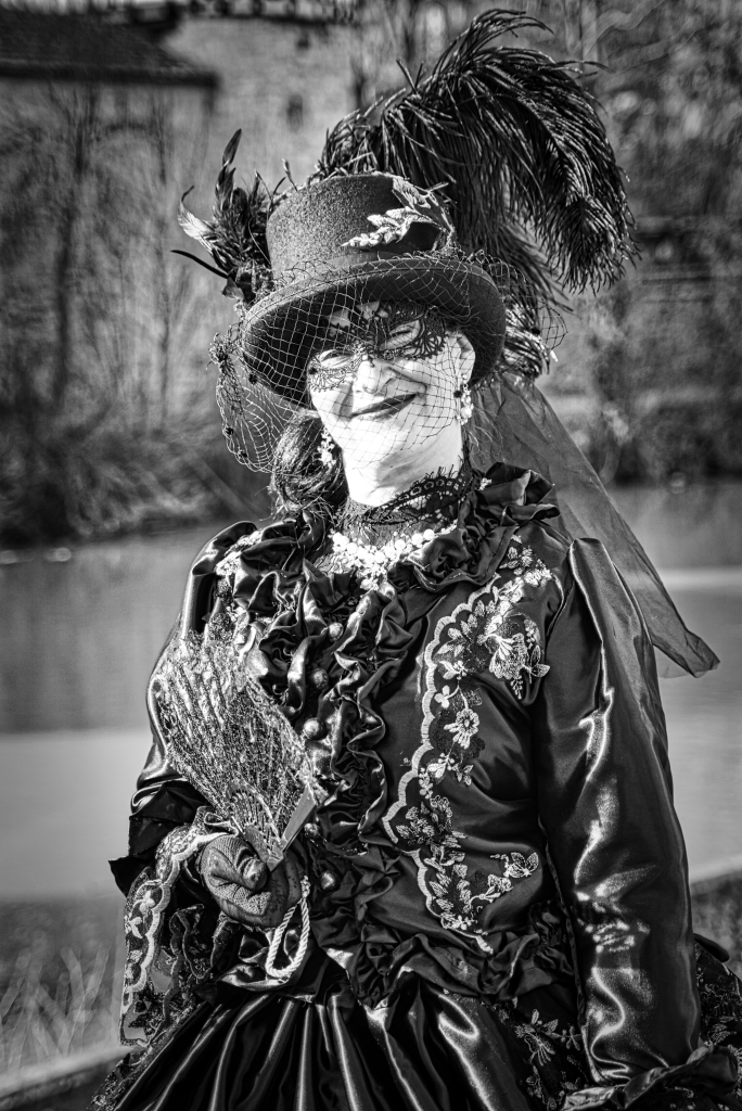 Lady_in_black-bw